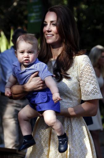 """AFP/""""Scanpix"""" nuotr./Kembridžo hercogienė Catherine su sūnumi George'u 2014-ųjų balandį"""