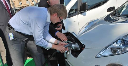Vilniuje atidaryta pirmoji Lietuvoje elektromobilių greitojo įkrovimo stotelė