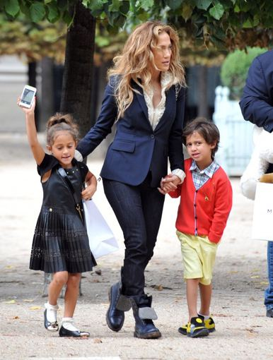 """Scanpix""/""SIPA"" nuotr./Jennifer Lopez su dvyniais Maxu ir Emme 2014-aisiais"