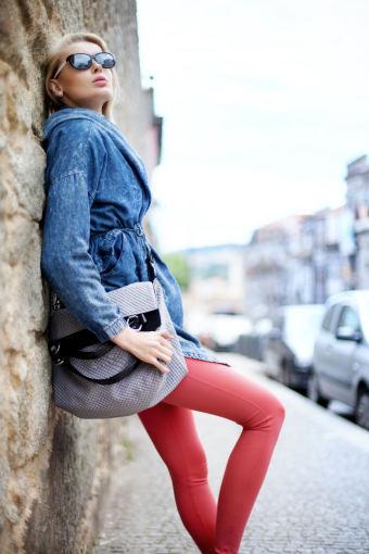 Shutterstock nuotr./Mergina, persimetusi rankinę per petį