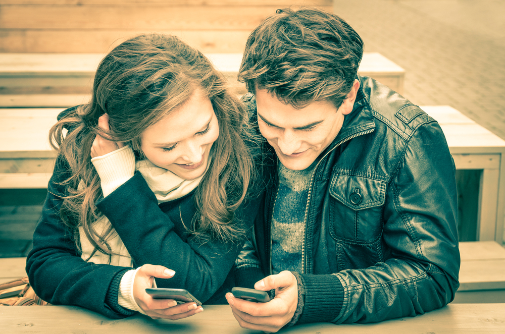 social media couple handphone love media sosial pacar
