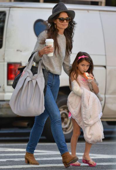 AOP nuotr./Katie Holmes su dukra Suri