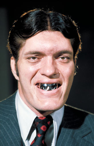 AOP nuotr./Richardas Kielas dviejuose Džeimso Bondo filmuose vaidino milžiną plieniniais dantimis (1977 m. nuotrauka)