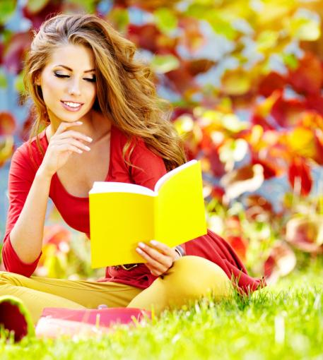 """""""Shuterstock"""" nuotr./Mergina skaito knygą"""