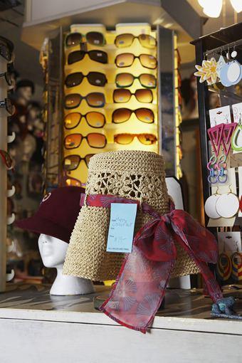 """""""Shutterstock"""" nuotr./Ieškojote tik akinių, bet pamatėte skrybėlę, šaliką ir dar rankinę?.. Ar tikrai visko reikia, patars ištikima draugė."""