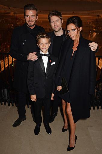 """""""Burberry"""" nuotr./Davidas ir Victoria Beckhamai su sūnumi Romeo ir vyriausiuoju """"Burberry"""" dizaineriu Christopheriu Bailey"""