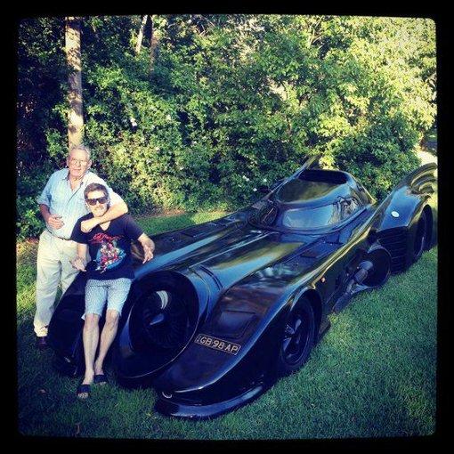 odditycentral.com nuotr./Australas pasigamino Betmeno automobilį