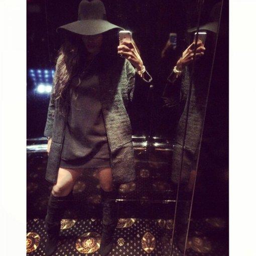 """""""Scanpix"""" nuotr./Ciara savo """"Instagram"""" paskyroje demonstruoja laisvos suknelės, milžiniškos skrybėlės ir ilgaaulių derinį."""