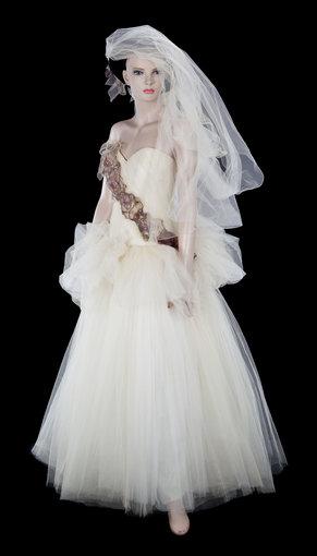 AOP nuotr./Madonnos vestuvinė suknelė, kurią ji vilkėjo 1985-aisiais tekėdama už aktoriaus Seano Penno