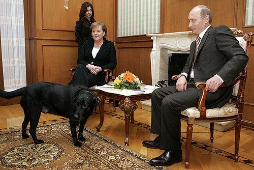 kremlin.ru nuotr./Į pirmąjį susitikimą su A.Merkel, V.Putinas atsivedė savo kalę Koni.