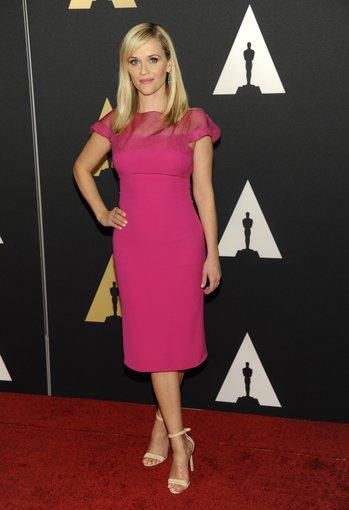 """""""Scanpix"""" nuotr./Reese Witherspoon pamoka: jei suknelė ilgoka, bateliai turėtų būti kuo atviresni."""