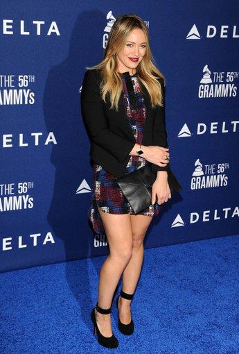 """""""Scanpix"""" nuotr./Hilary Duff – puikus pavyzdys, kad mini suknelės skirtos ne tik ilgakojėms."""