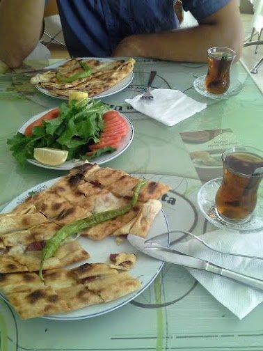 "Pietums – turkiška pica, vadinama ""pide""."