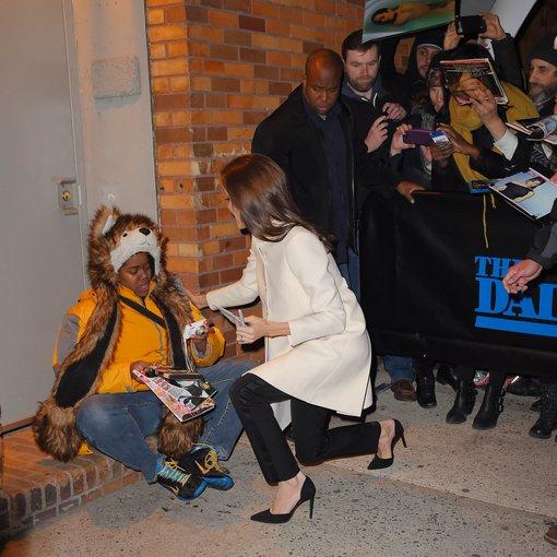 """Scanpix""/""BuzzFoto"" nuotr./Angelina Jolie su gerbėja Techna"