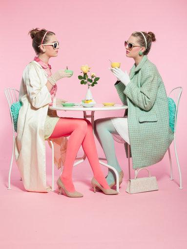 """""""Shutterstock"""" nuotr./Dvi merginos pasteliniais retro stiliaus drabužiais."""