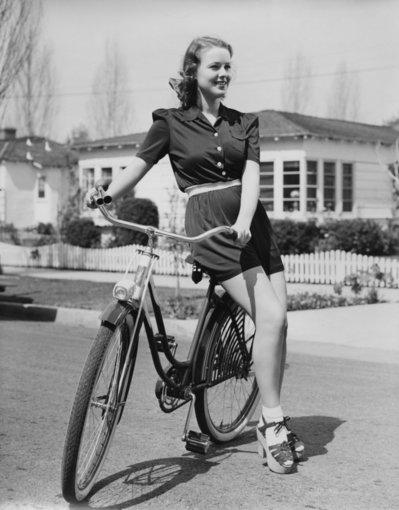 """Shutterstock"" nuotr./Jauna mergina ant dviračio."