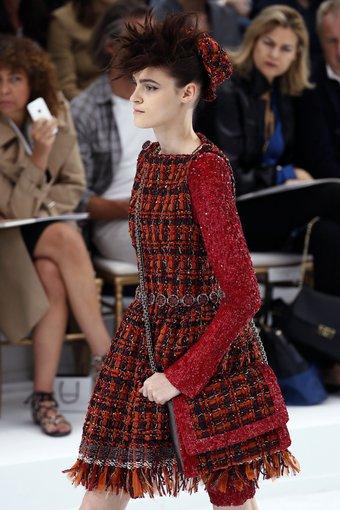 """""""Scanpix"""" nuotr./""""Chanel"""" 2014-2015 žiemos kolekcijos modelis. Aukštosios mados savaitė Paryžiuje."""