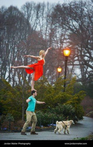Šokėjai įsiamžina ne įprastai pozuodami, bet atlikdami akrobatinius šokio judesius