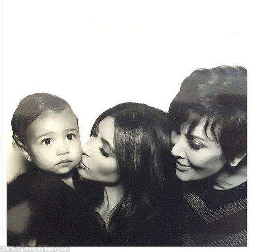 """""""Instagram"""" nuotr./Kim Kardashian su dukra North ir mama Kris"""