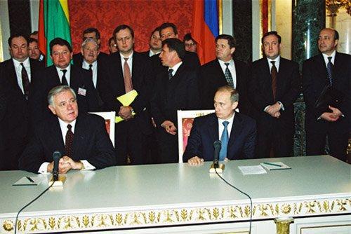 Rusijos prezidento administracijos nuotr./Valdas Adamkus Kremliuje 2001 m. susitiko su Vladimiru Putinu