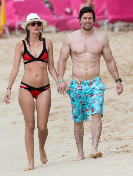 AOP nuotr./Markas Wahlbergas su žmona Rhea Durham Barbadose