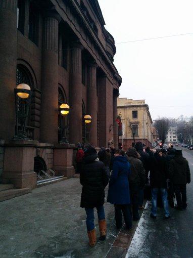 Skaitytojos Jūratės nuotr./Prie Lietuvos banko Kaune žmonių eilės