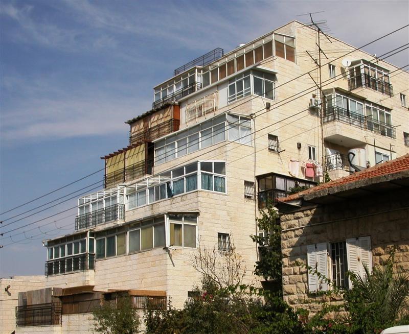 Asmeninio archyvo nuotr. /Balkonai, paversti sukomis. Jeruzalė. Nuotrauka daryta 2006 m. CC BY-SA 3.0